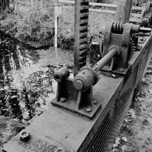 Sluice gate mechanism