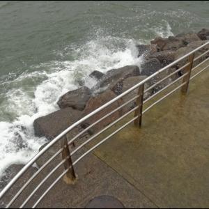 Breaking seas